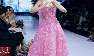 Dù không đấu giá được 120 triệu nhưng chiếc váy nghệ sĩ Mai Phương từng mặc vẫn có cái kết có hậu
