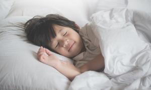 Đánh thức con dậy trước 6 giờ sáng: Sai lầm tai hại khiến con ăn mãi không lớn, thấp bé so với bạn bè