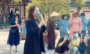 Cố ca sĩ Phi Nhung từng gây xúc động khi đi từ thiện: 'Mình con bệnh thôi, mọi người không được bệnh'