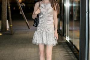 Váy satin đã lỗi thời, 'váy nhăn' là xu hướng chủ đạo trong mùa hè, thời trang mỏng và trẻ trung