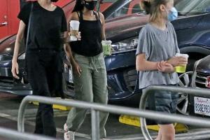 Angelina Jolie lộ diện cùng 3 cô con gái sau tin đồn nhịn ăn để tạo sức ép cho Brad Pitt