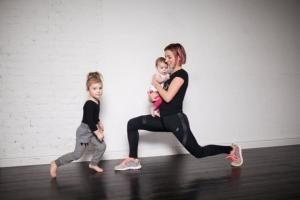 Bài tập giảm cân, giữ dáng dành riêng cho 'mẹ bỉm sữa': Không cần đến phòng tập, vẫn trông được con